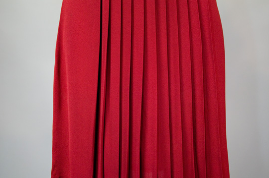 a close up photo of the pleats on a 1940s vintage dress