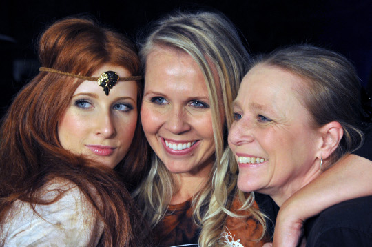 faye de lanty with her mother and sister at a fashion show